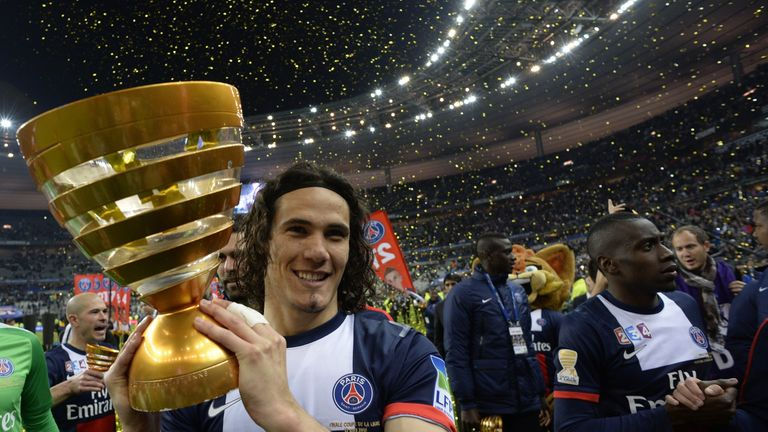 Edinson Cavani: Celebrates with the trophy