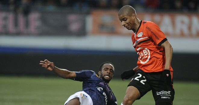 Kevin Monnet-Paquet is tackled by Kassim Abdallah