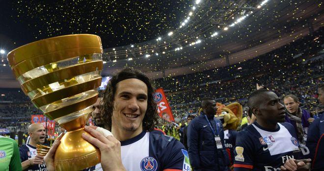 Edinson Cavani: Celebrates with the trophy