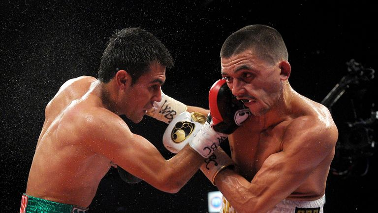 Lee Selby (R) and Romulo Koasicha during their WBC International featherweight title fight.