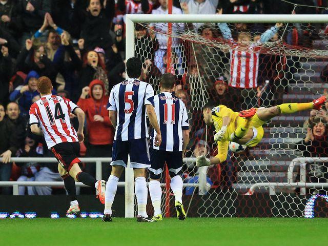 Jack Colback of Sunderland scores
