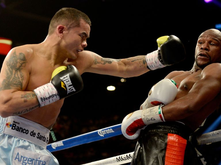 Maidana (l) pushed Mayweather hard in their first fight in May