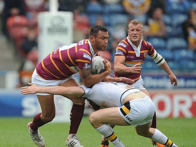 Huddersfield Giants Jason Chan (left) is tackled by Castleford Tigers Daryl Clark