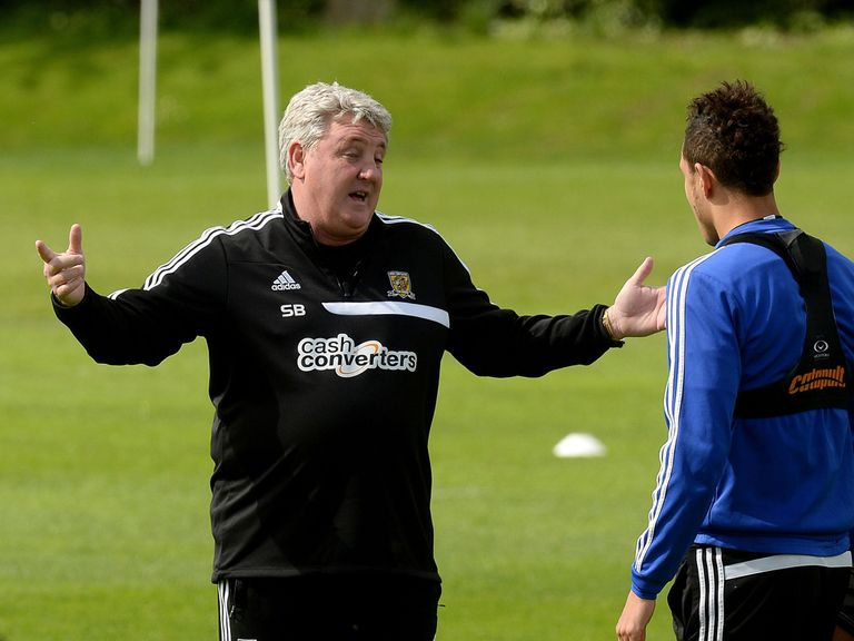 Hull City manager Steve Bruce talks with Jake Livermore