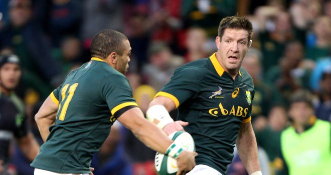 Bryan Habana offloads to South African teammate Bakkies Botha