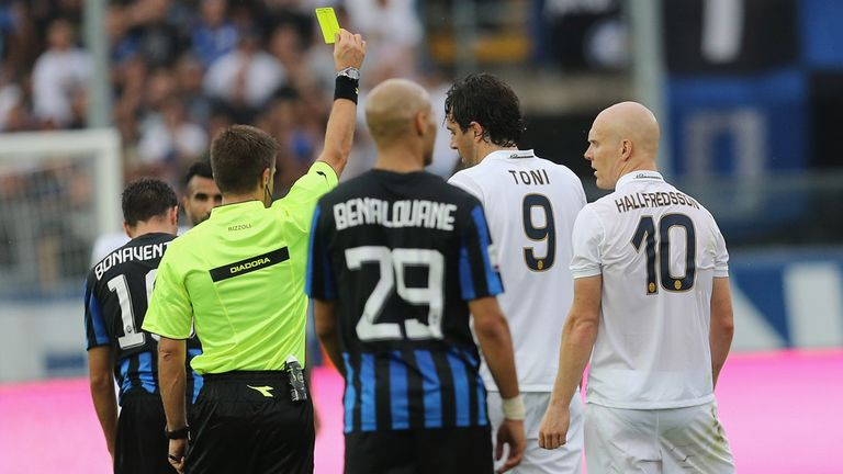 The referee shows a yellow card to Emil Halfredsson of Verona