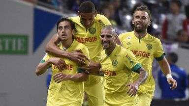 Nantes' US midfielder Alejandro Bedoya (L) celebrates with team-mates