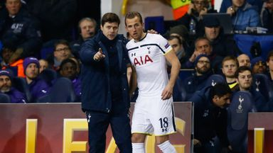 Mauricio Pochettino talks tactics with Harry Kane