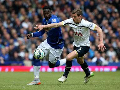 Romelu Lukaku looks to run away from Jan Vertonghen