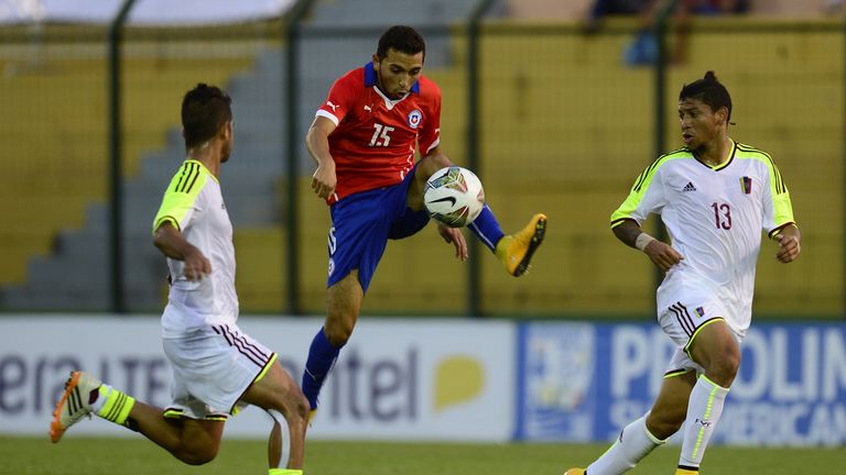 Chelsea defneder Cristian Cuevas (centre) in action for Chile's U20's