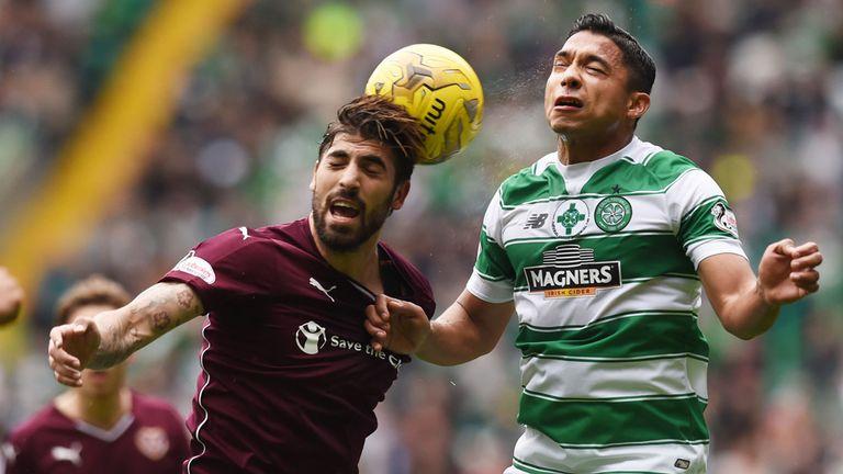 El jugador del Hearts of Midlothian Juanma Delgado salta ante Emilio Izaguirre, del Celtic