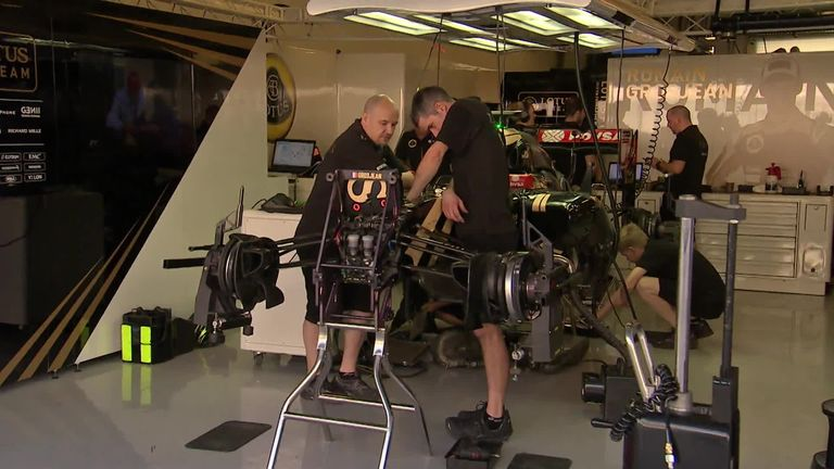 Lotus mechanics work on Jolyon Palmer's E23