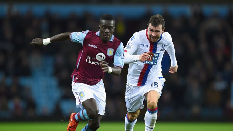 Idrissa Gueye is chased by James McArthur
