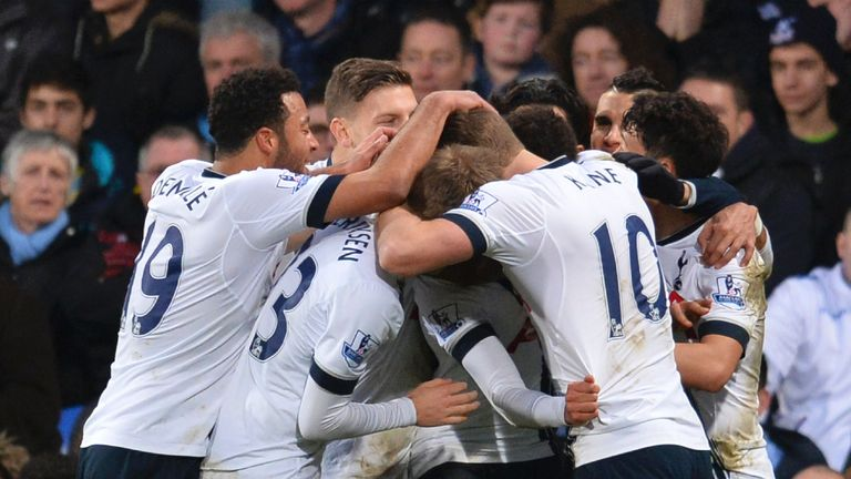 Tottenham Hotspur players celebrate after Alli's wonder goal