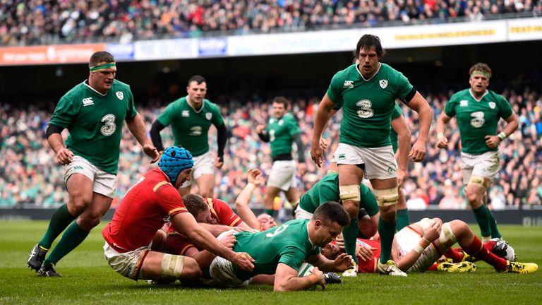 Conor Murray slips past Justin Tipuric for Ireland's first-half try