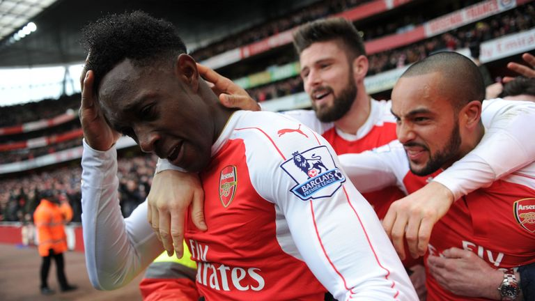 Welbeck celebrates with Walcott and Giroud after scoring against Leicester