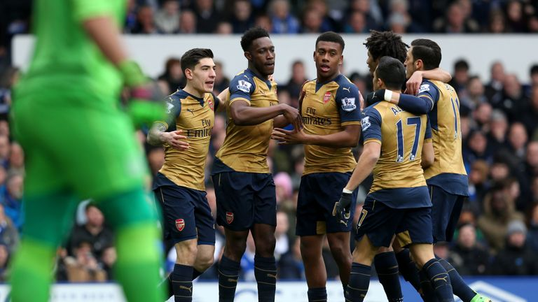 Welbeck (2nd L) celebrates wit his team-mates