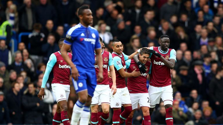 Manuel Lanzini celebrates with team-mates after his opener