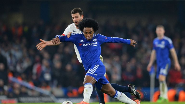 Willian battles for the ball with Thiago Motta