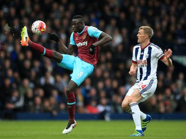 West Ham United's Cheikhou Kouyate (left) and West Bromwich Albion's Darren Fletcher battle for the ball