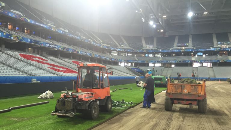 http://e0.365dm.com/16/06/768x432/turf-being-installaed-lille-euro-2016_3489162.jpg?20160623151318