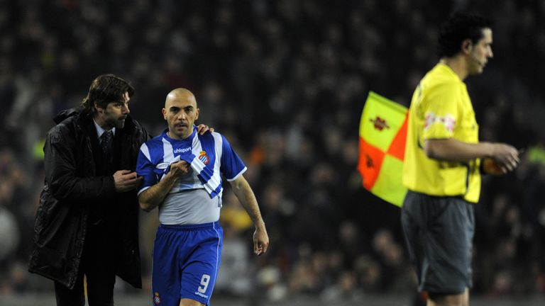 Espanyol's coach Pochettino talks with his player Ivan De La Pena in the game against Barcelona at the Nou Camp in February 2009