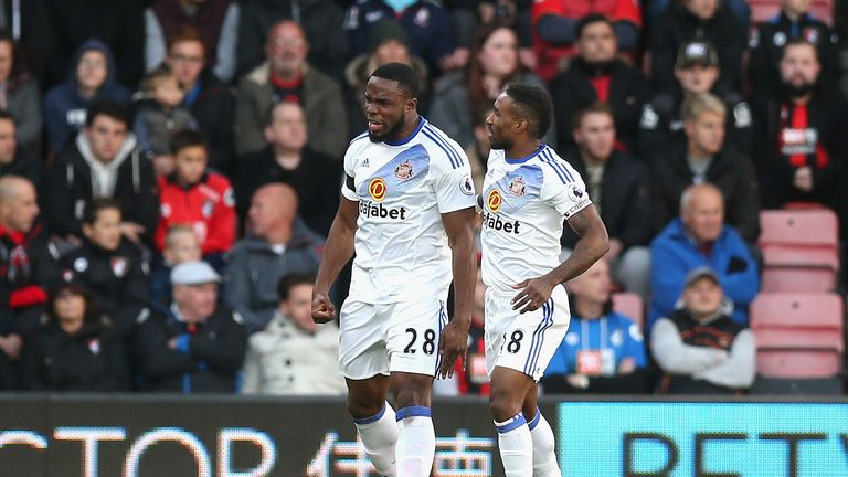Defoe fires 10-man Sunderland to first league win