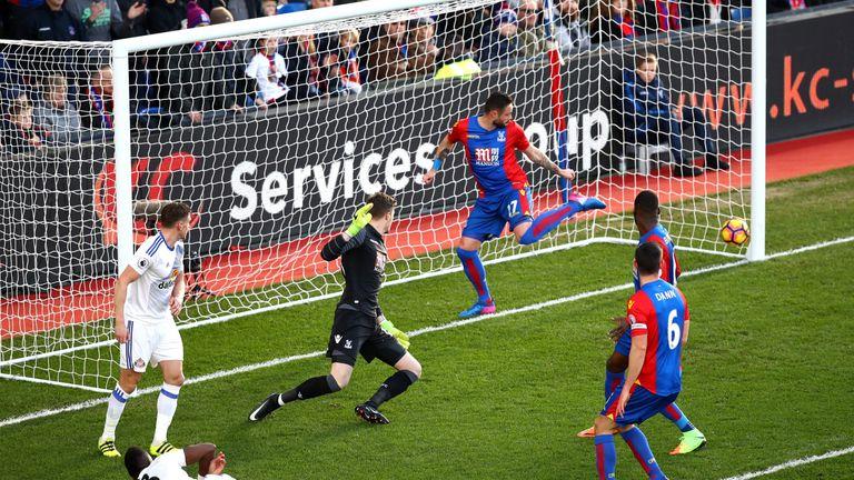 Kone volleys home the opening goal for Sunderland