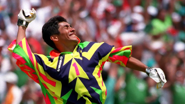 Jorge Campos plans to split his duties between goalkeeping and scoring during the Star Sixes tournament