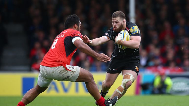 Luke Cowan-Dickie hands off Billy Vunipola