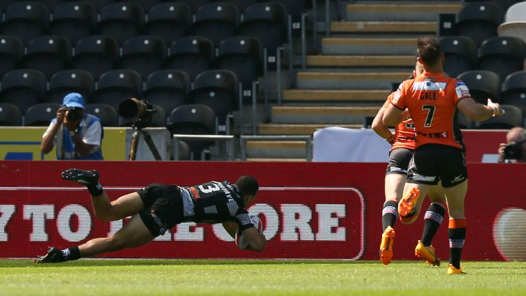 Carlos Tuimavave crosses for Hull's first try