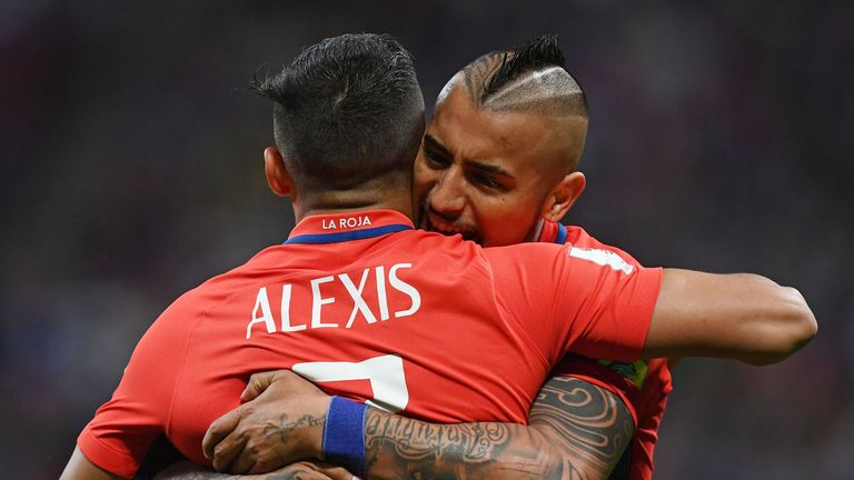 Arturo Vidal (R) wants Chile team-mate Alexis Sanchez (L) to join him at Bayern Munich