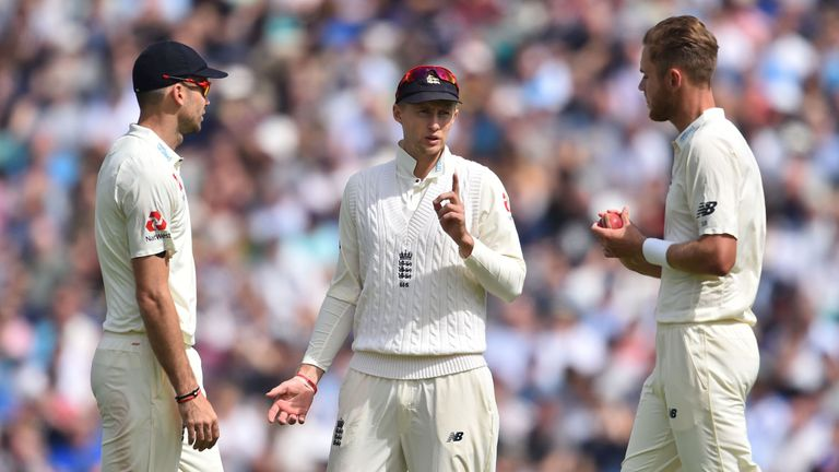 England's captain Joe Root (C) speaks with his bowlers, England's James Anderson (L) and England's Stuart Broad