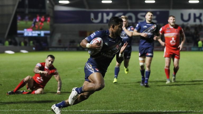 Ben Barba crossing for Saints' final try of the night in the last minute