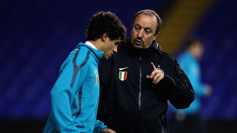Rafael Benitez speaks to Philippe Coutinho during their time at Inter
