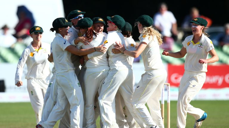 Australia celebrate after winning the Ashes in 2015