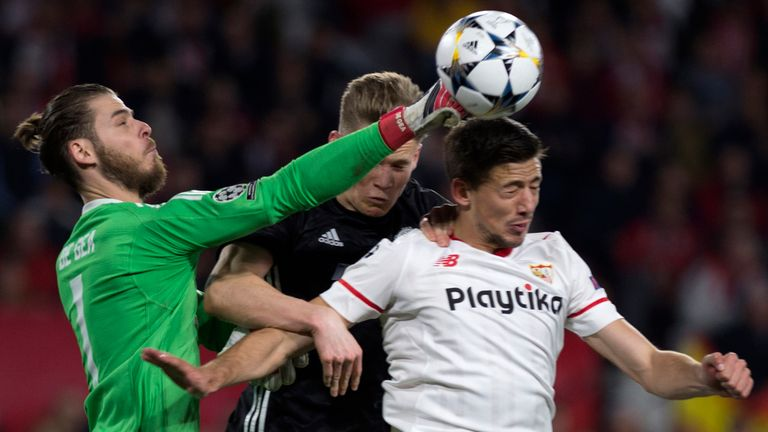 Manchester United's Spanish goalkeeper David De Gea (L) and Manchester United's English midfielder Scott McTominay (C) vie with Sevilla's French defender C