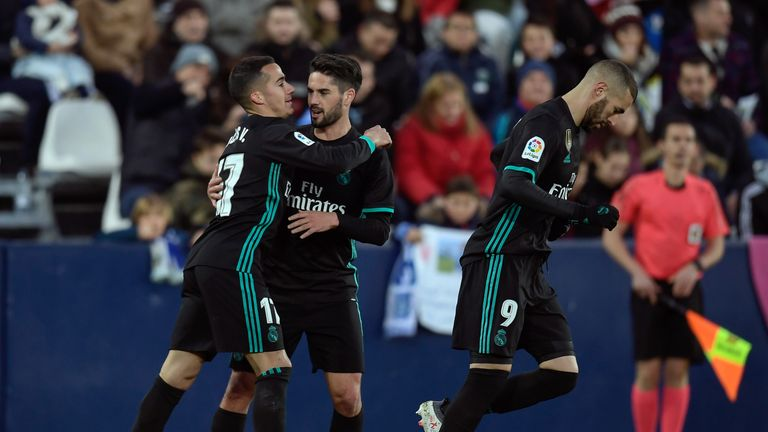 Real Madrid's from Spain forward Lucas Vazquez (L) celebrates woth Real Madrid's Spanish midfielder Isco and Real Madrid's French forward Karim Benzema aft