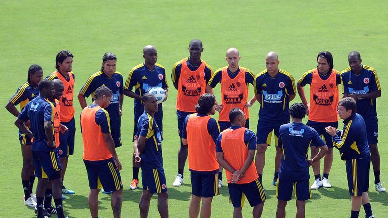 Hernan Dario Gomez (r) speaks to his Colombia players in training, 2011