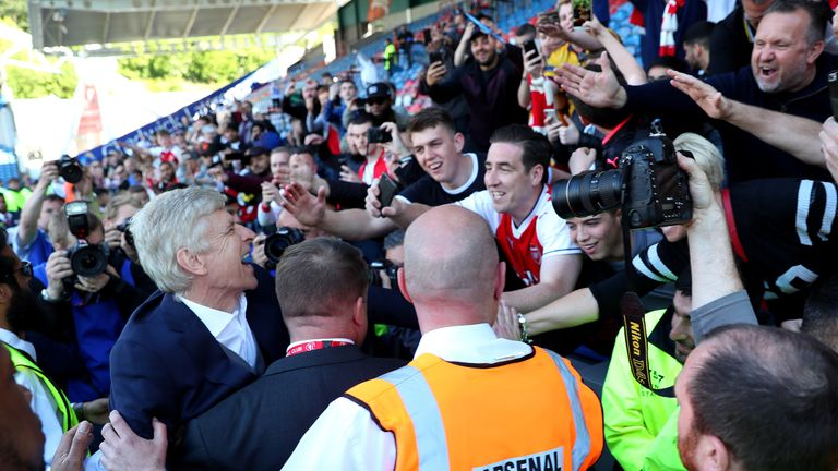 Wenger saying his farewells to the Arsenal fans