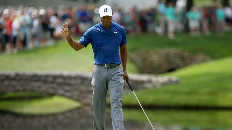 Tiger Woods barely keeps pace at Firestone