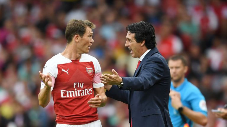 Unai Emery gives instructions to Stephan Lichtsteiner