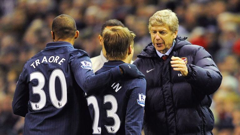 Arshavin runs over to celebrate with Wenger