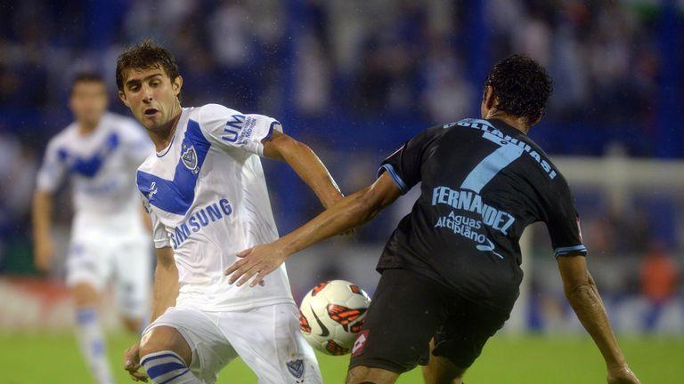 Velez Sarsfield defender Gino Peruzzi (l) vies for the ball with Chilean Deportes Iquique's defender Juan Fernandez