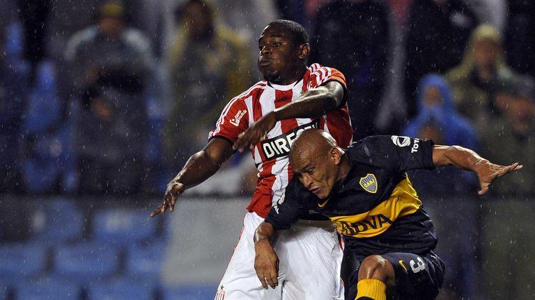 Boca Juniors' defender Clemente Rodriguez (R) vies for the ball with Estudiantes' forward Duvan Zapata.