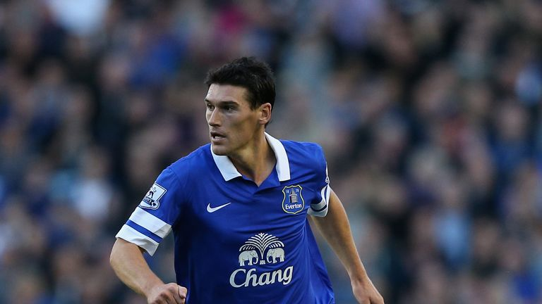 LIVERPOOL, ENGLAND - SEPTEMBER 14:  Gareth Barry of Everton in action during the Barclays Premier League match between Everton and Chelsea at Goodison Park on September 14, 2013 in Liverpool, England.  (Photo by Clive Brunskill/Getty Images)