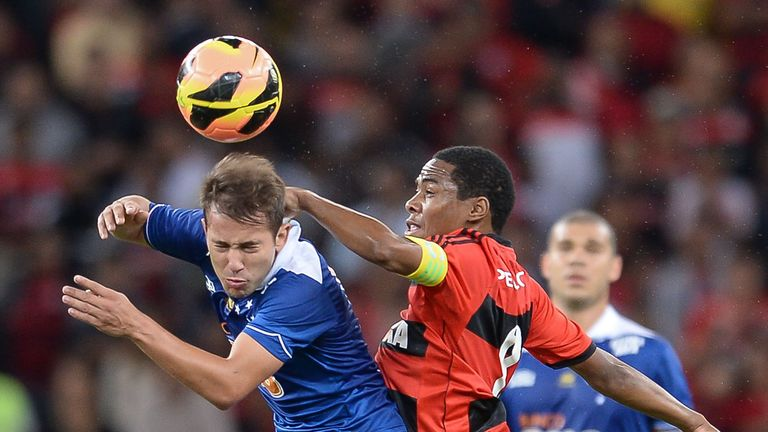 Elias of Flamengo struggles for the ball with Everton Ribeiro of Cruzeiro