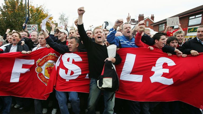 MANCHESTER, ENGLAND - OCTOBER 24:  Manchester United supporters demonstrate against the proposed Malcolm Glazer takeover before the FA Barclays Premiership match between Manchester United and Arsenal at Old Trafford on October 24, 2004 in Manchester, England.  (Photo by Laurence Griffiths/Getty Images)