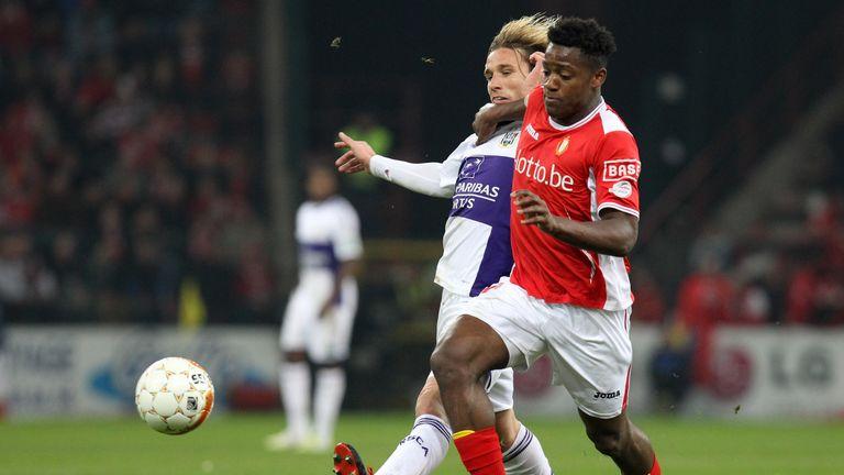 Anderlecht's Lucas Biglia (L) vies with Standard's Michy Batshuayi during a Jupiler Pro League match.