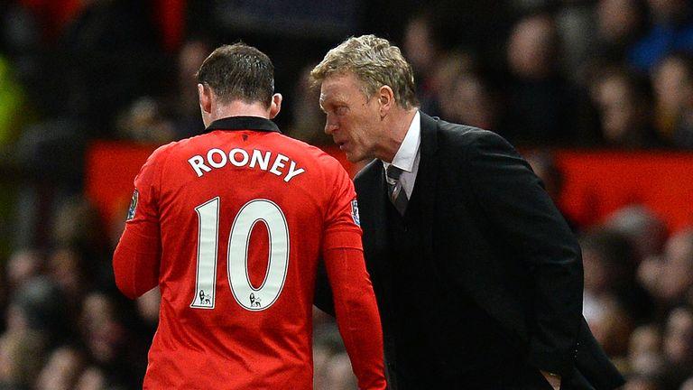 Manchester United manager David Moyes (R) talks to English striker Wayne Rooney (L)
